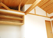勾配天井を利用した収納スペース